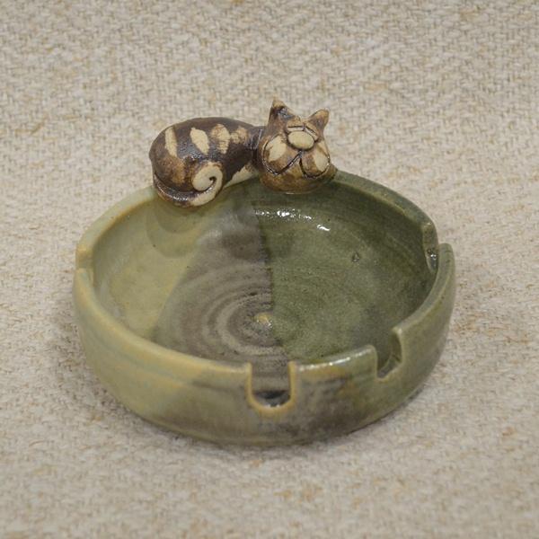 Keramička pepeljara sa figurom