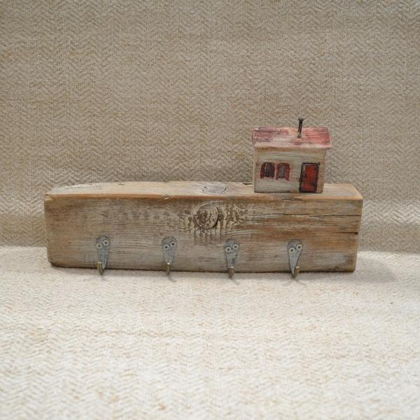 Drvena vešalica sa kućicom