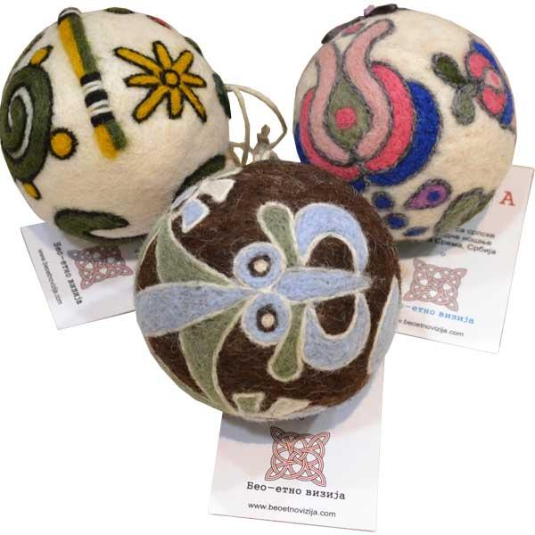 Lopta od pustovane vune sa motivima srpske narodne nošnje i manastirskih ornamenata